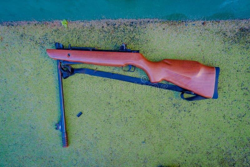 Закройте вверх винтовки на том основании, использованный для людей для того чтобы напрактиковать в клубе стрельбы в Playa del Car стоковое изображение