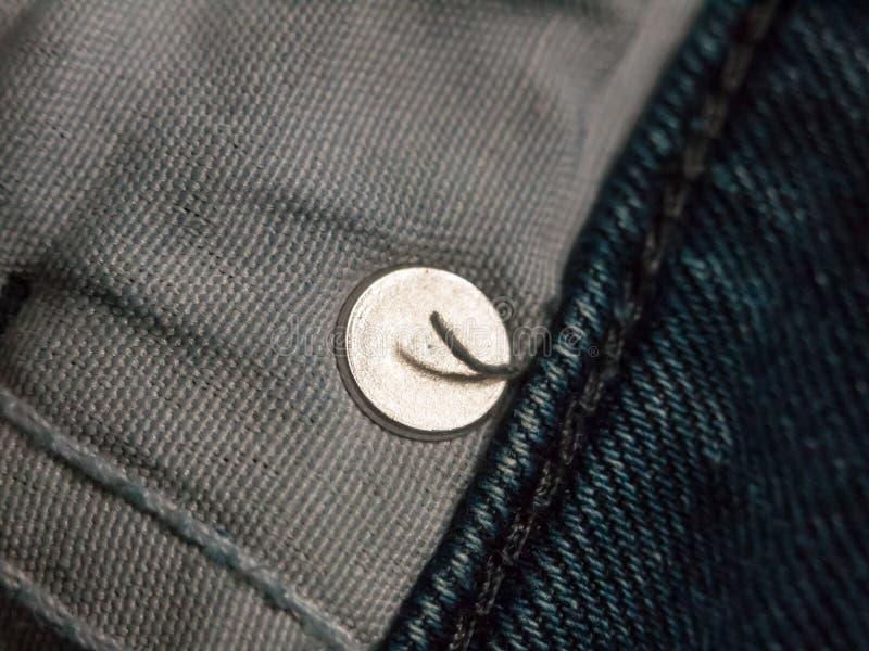 Закройте вверх внутри карманн джинсов с кругом металла стоковые фото
