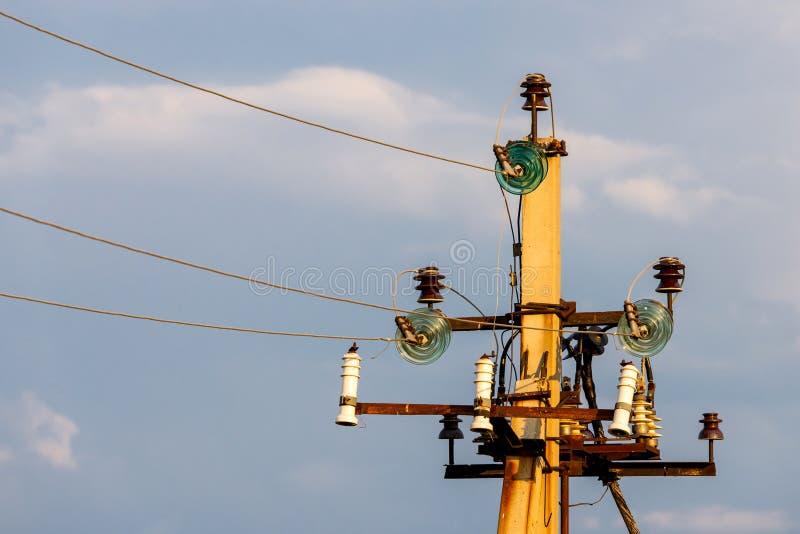 Закройте вверх высоковольтных изоляторов с алюминиевым проводом на сил-башне стоковые изображения rf