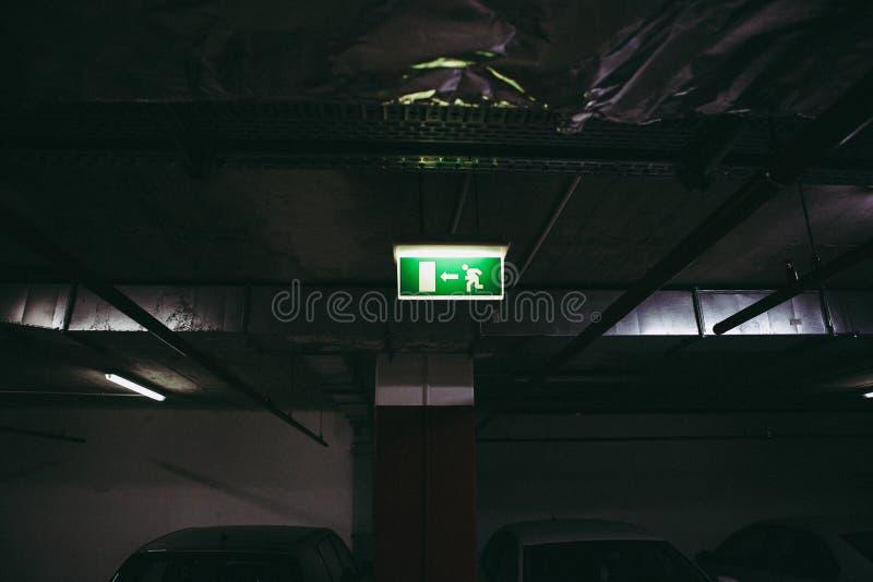 Закройте вверх выхода этот знак пути внутри подземного места для парковки стоковое фото