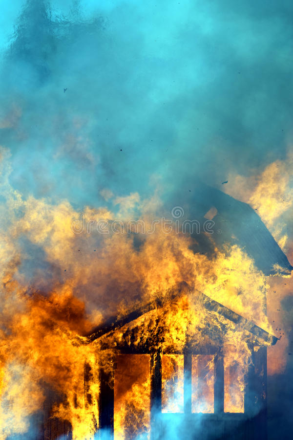 Закройте вверх горящего дома стоковое изображение rf