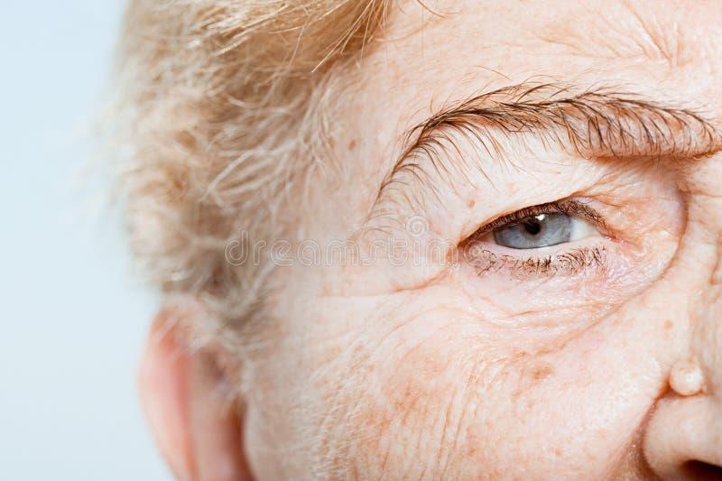 Закройте вверх глаза старшей женщины стоковое изображение rf