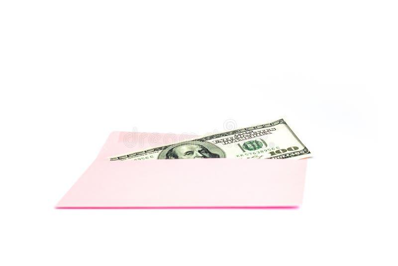 Закройте вверх денег в розовом конверте лежите на белой предпосылке Клеймя насмешка вверх; вид спереди стоковые фото