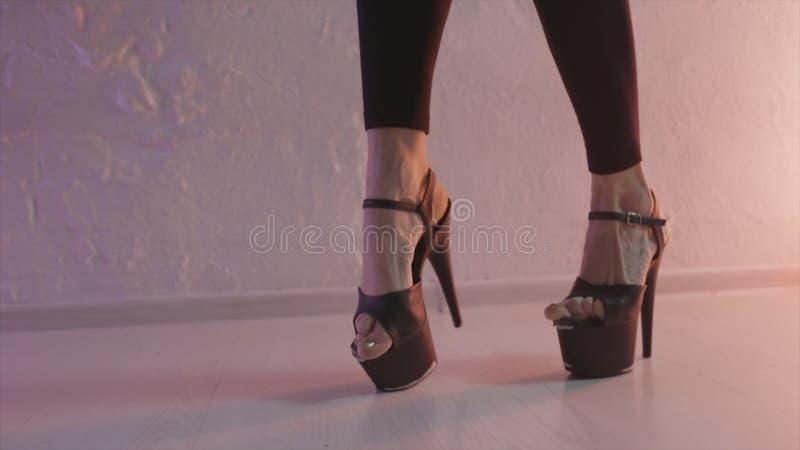 Закройте вверх для черных ботинок для танца поляка с высокими пятками на ногах женщин-танцора, концепции современного танца E Жен стоковые фотографии rf