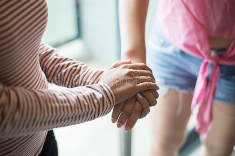 Закройте вверх друга женщины пар держа руки и заботя поддерживая утешать совместно, концепция поощрения стоковые изображения