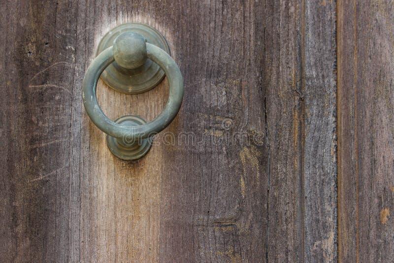 Закройте вверх деревенской старой двери с треснутой красной краской и grunge стоковые изображения