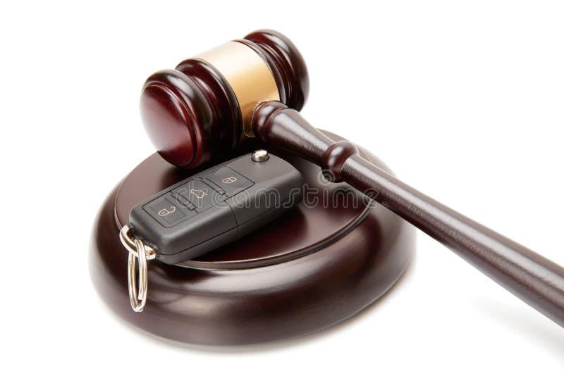 Закройте вверх деревянных ключей молотка и автомобиля судьи над soundboard стоковые изображения rf