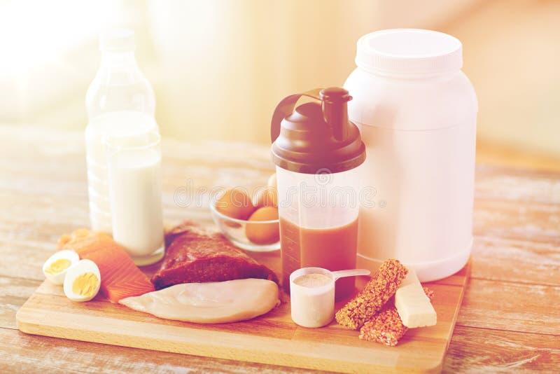 Закройте вверх естественных еды и добавки протеина стоковое изображение rf
