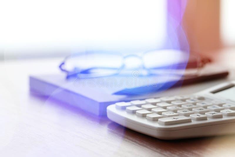 Закройте вверх деловых документов на таблице офиса с калькулятором стоковые фото