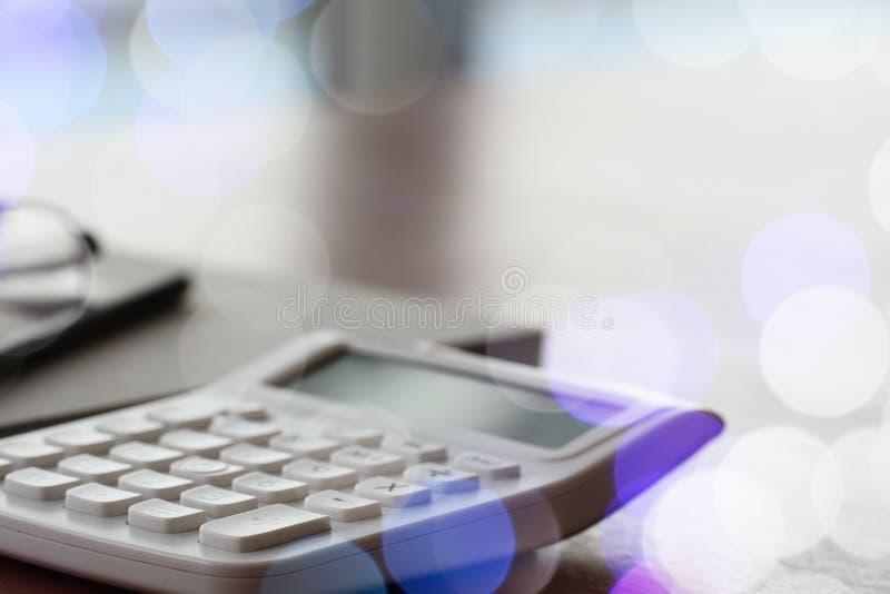 Закройте вверх деловых документов на таблице офиса с калькулятором стоковые изображения