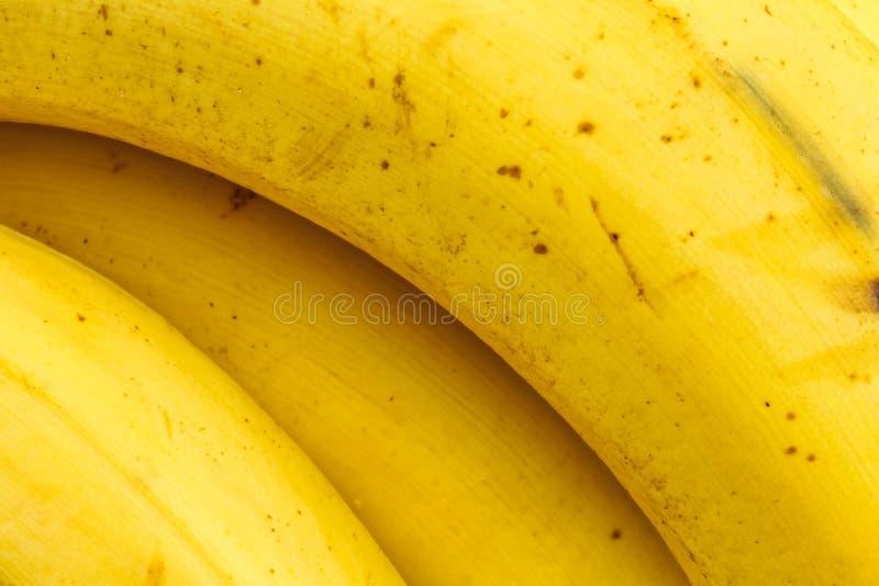 Закройте вверх желтой зрелой кожи банана стоковая фотография