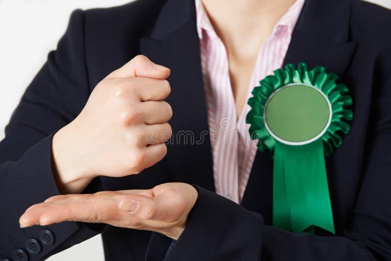 Закройте вверх женского политика делая запальчиво речь стоковые фото