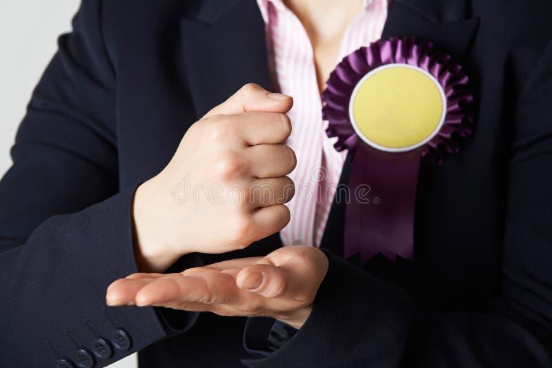Закройте вверх женского политика делая запальчиво речь стоковые изображения rf