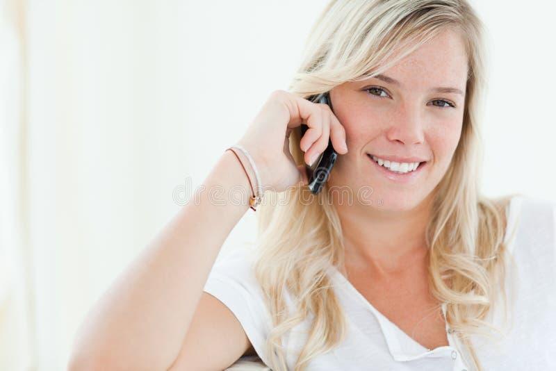 Закройте вверх женщины говоря на ее телефоне стоковые изображения