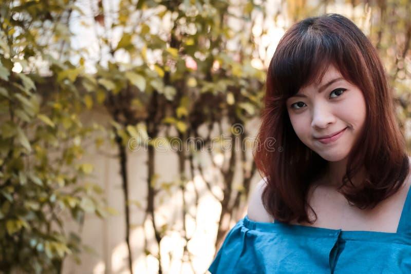 Закройте вверх женщины детенышей довольно азиатской в саде стоковая фотография