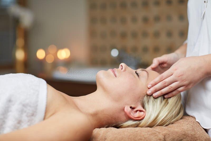 Закройте вверх женщины имея массаж стороны в курорте стоковые изображения