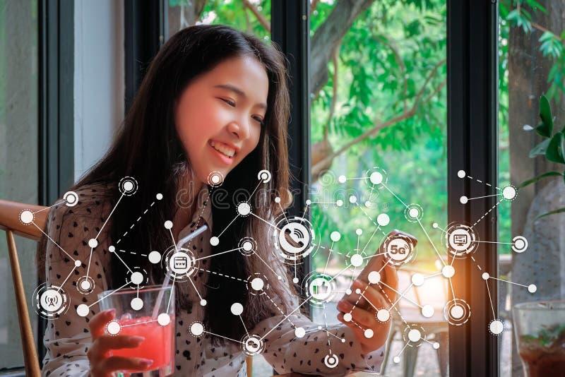 Закройте вверх женщины используя передвижной умный телефон стоковое фото rf