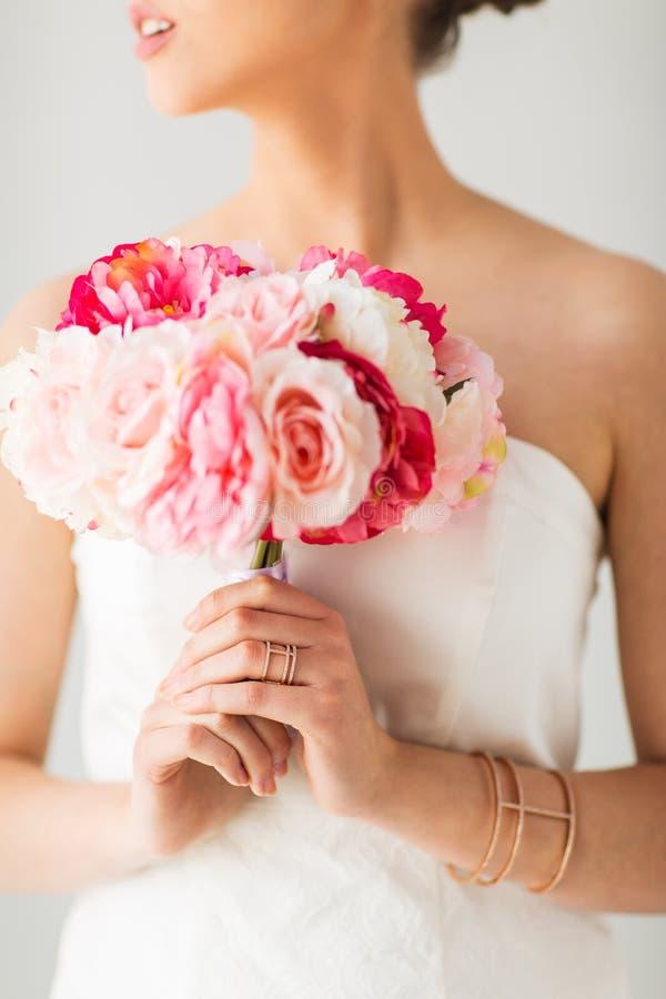 Закройте вверх женщины или невесты с букетом цветка стоковое изображение rf