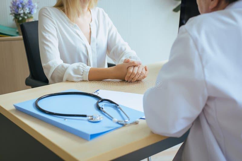 Закройте вверх женщины руки говоря для того чтобы врачевать психиатр в больнице, обсудить вопрос и найти решения к проблемам псих стоковое фото rf