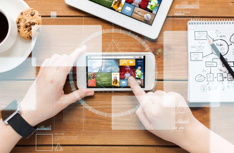 Закройте вверх женщины с новостями интернета на smartphone стоковые фотографии rf
