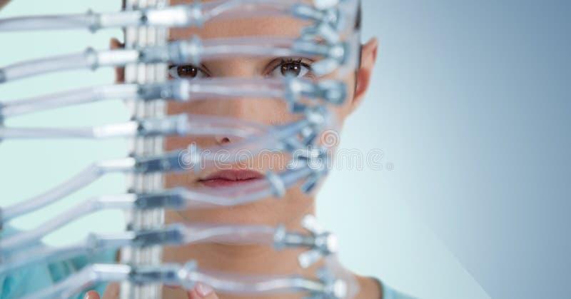 Закройте вверх женщины через электронику против голубой предпосылки стоковая фотография