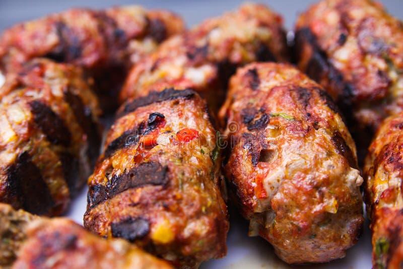 Закройте вверх зажаренных шариков cevapcici мяса стоковая фотография
