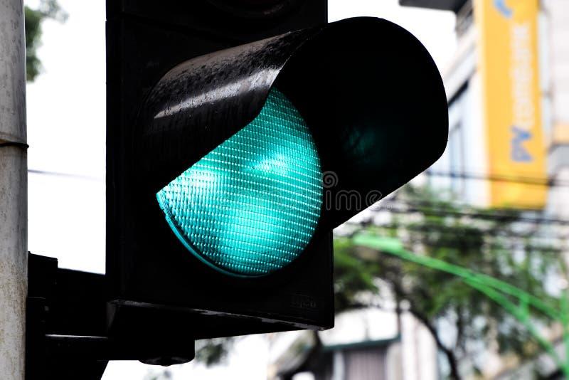 Закройте вверх зеленого светофора, светлого сигнала показывает что автомобиль может управлять до конца стоковое фото