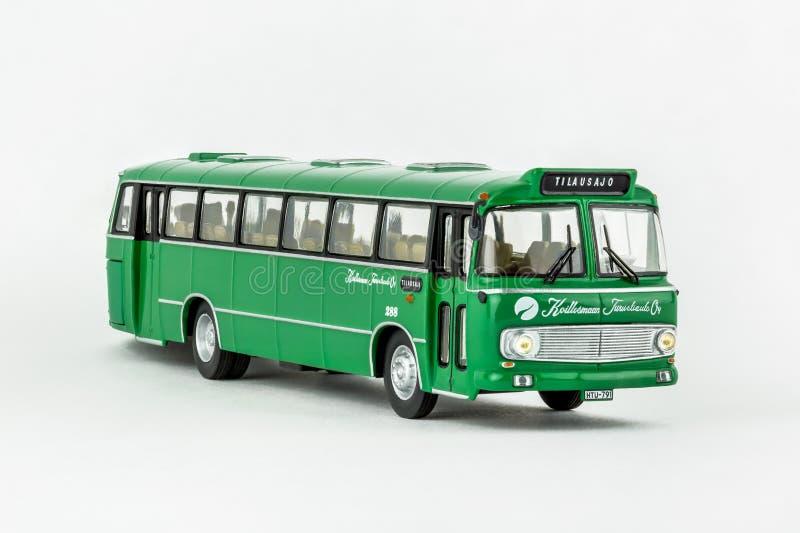 Закройте вверх зеленой классической винтажной шины, масштабной модели стоковые изображения rf