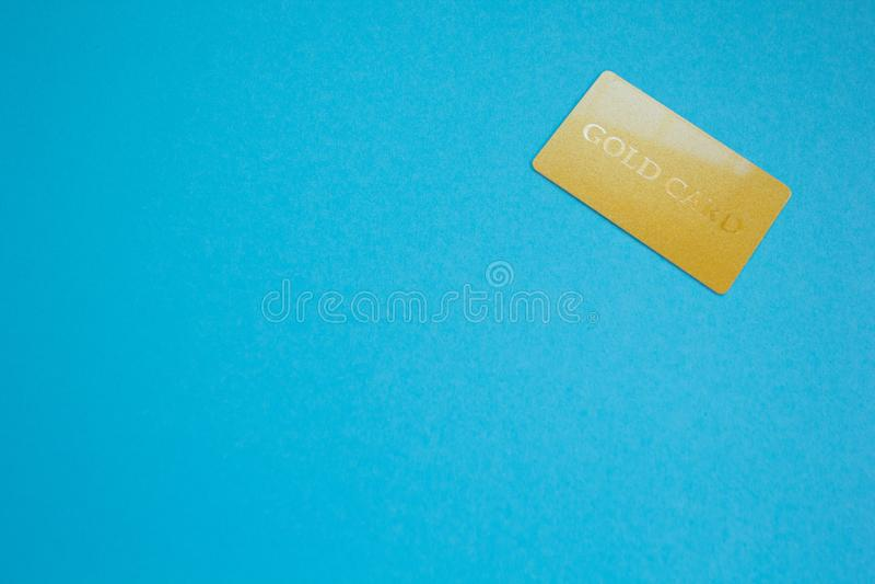Закройте вверх золотой карты с космосом для текста, голубой темы стоковое фото