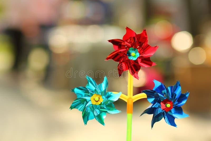 Закройте вверх игрушки pinwheel красочной фольги вращая стоковое изображение rf