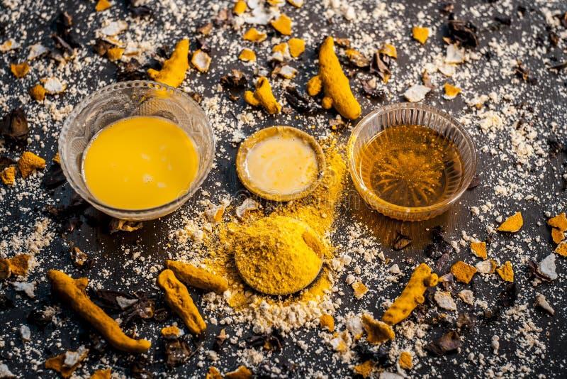Закройте вверх ингредиентов ayurvedic обработки или ayurvedic пакета стороны i мед e, мука и затир нута, порошок турмерина и ro стоковые фотографии rf