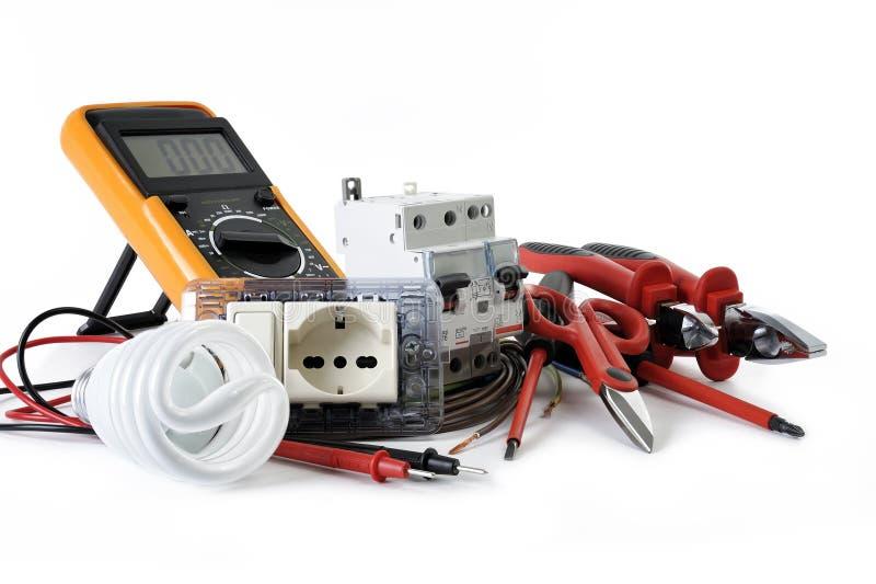 Закройте вверх инструментов и компонентов работы для электрических установок, изолированных на белой предпосылке стоковая фотография