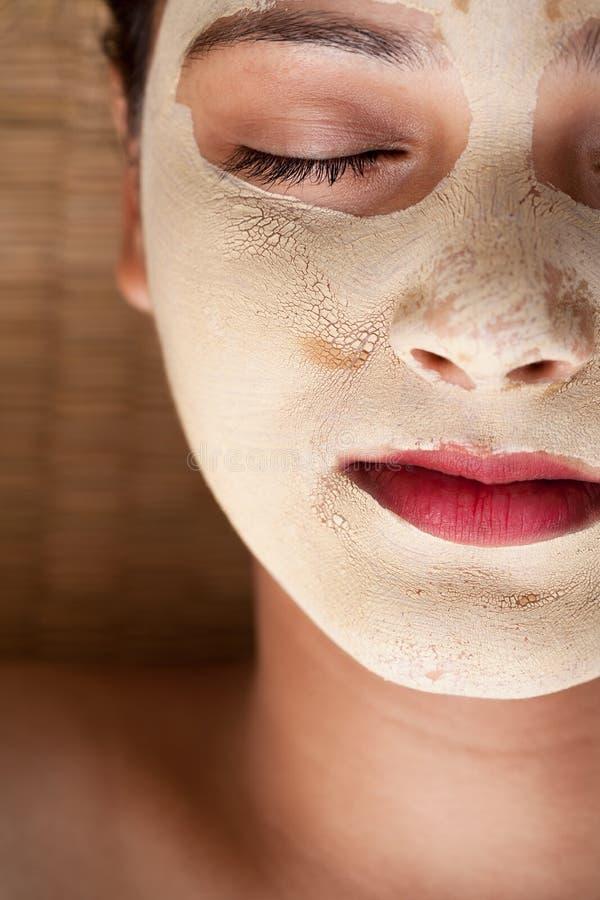 Закройте вверх индийской женщины с лицевым щитком гермошлема стоковые изображения rf
