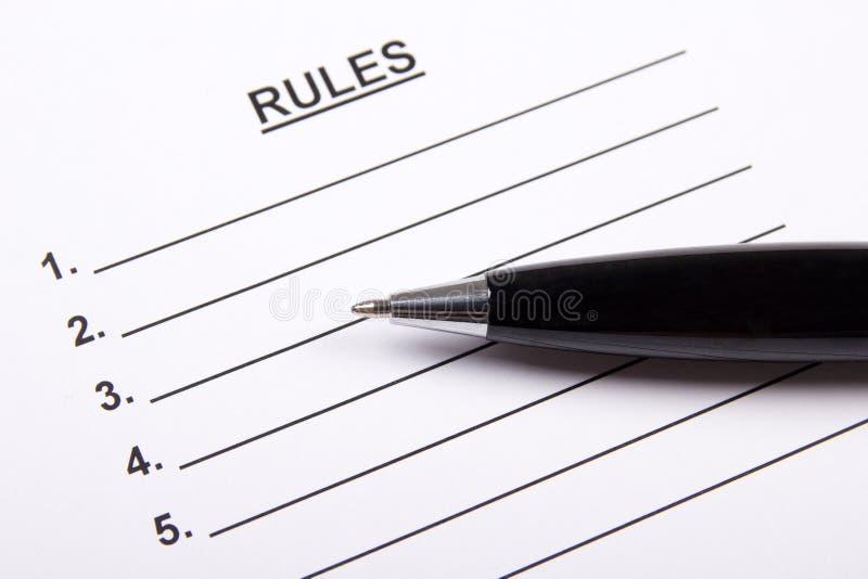 Закройте вверх листа бумаги с пробелом правил и пишите стоковое изображение