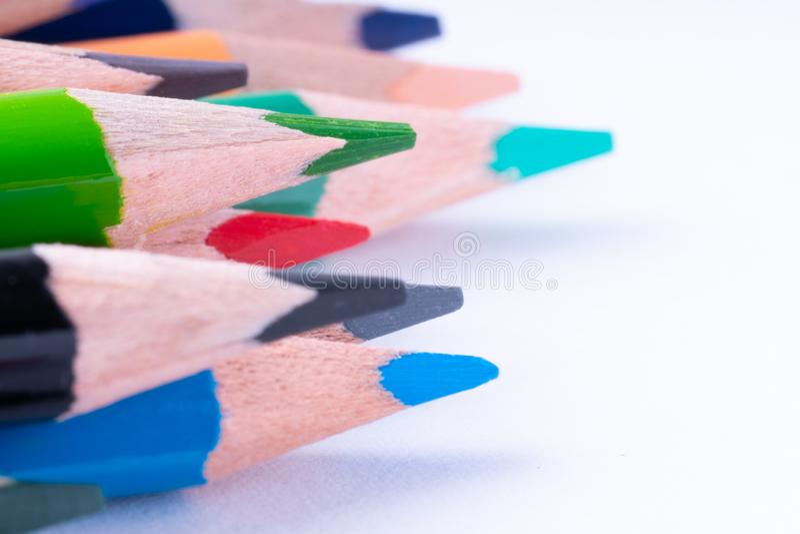 закройте вверх карандашей цвета на белой предпосылке стоковая фотография rf