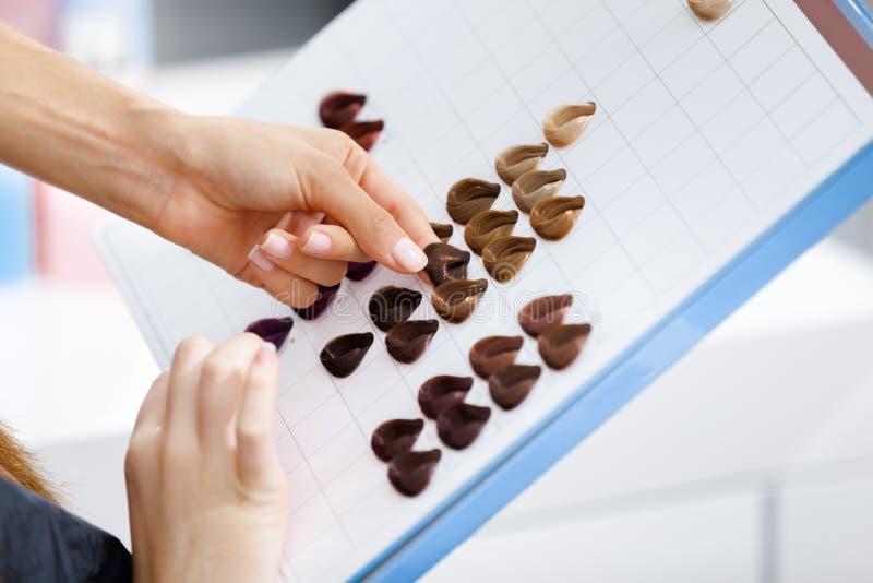Закройте вверх книги с покрашенным образцом цвета волос стоковые фотографии rf
