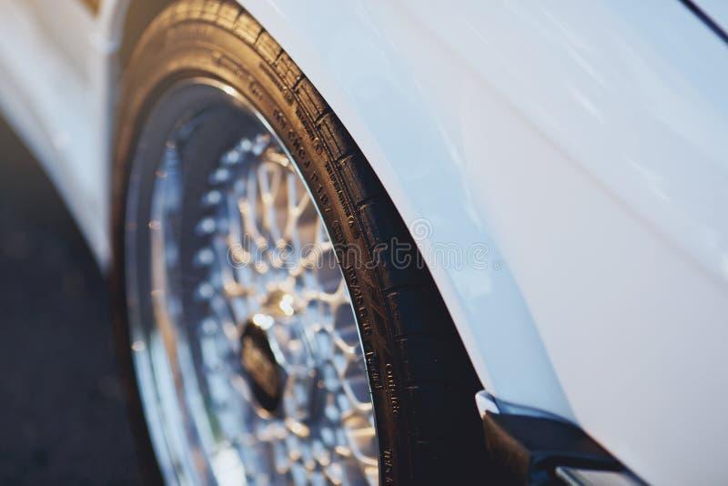 Закройте вверх колеса сплава автомобиля оправ Колеса спорта стоковые фото