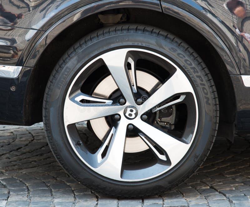 Закройте вверх колеса сплава Bentley Bentayga стоковое фото rf
