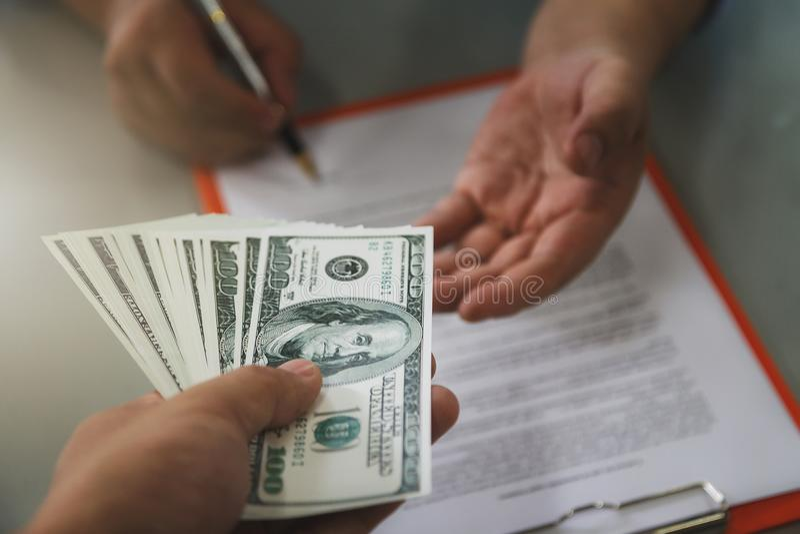 Закройте вверх контракта бизнесмена подписывая делая дело стоковое фото rf