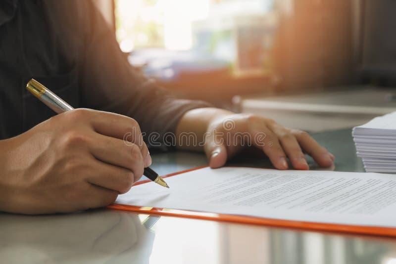 Закройте вверх контракта бизнесмена подписывая делая дело стоковые изображения
