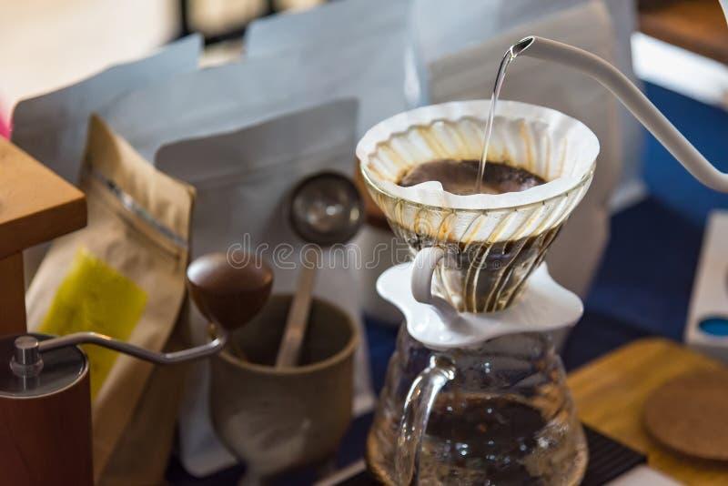 Закройте вверх кофеварки фильтра, чайника с термометром и цифрового масштаба на деревянном столе Кофе заваривать Barista, метод л стоковая фотография rf