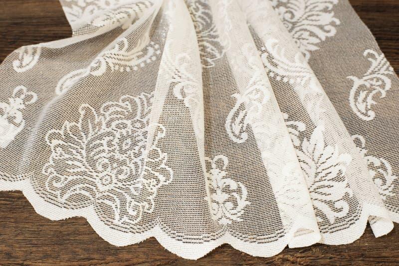 Закройте вверх красивого белого Тюль Отвесный образец ткани занавесов Текстура, предпосылка, картина лестницы портрета платья при стоковое фото