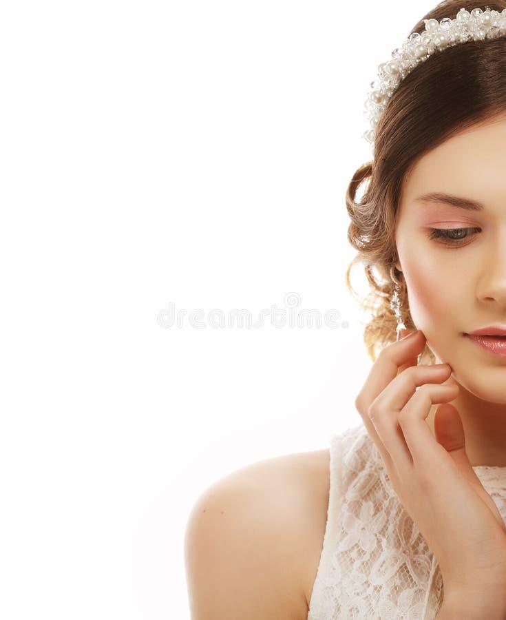 Закройте вверх красивой женщины нося сияющие серьги диаманта стоковое изображение rf