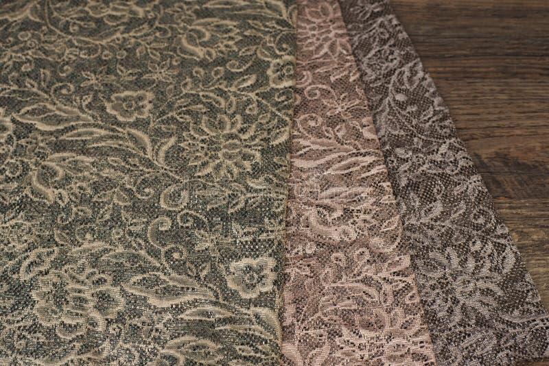 Закройте вверх красивых отвесных образцов ткани занавесов Текстура, предпосылка, картина лестницы портрета платья принципиальной  стоковые фото