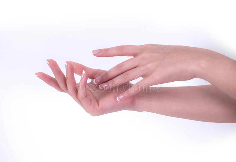Закройте вверх красивых рук женщины Концепция курорта и маникюра женский французский manicure рук Мягкая кожа, концепция skincare стоковые изображения rf