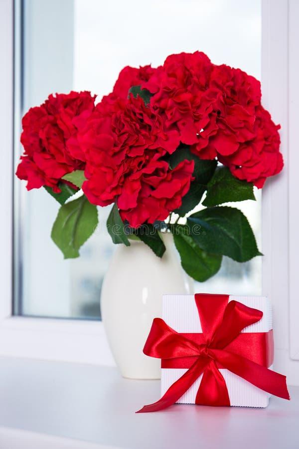 Закройте вверх красивых цветков гортензии в вазе и подарочной коробке дальше стоковые фотографии rf