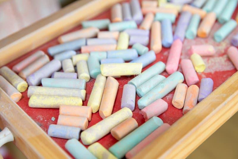 Закройте вверх красочного мела под деревянным классн классным на preschool стоковая фотография rf