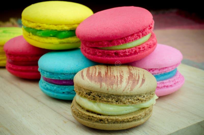 Закройте вверх красочных macarons на деревянной предпосылке стоковое фото rf