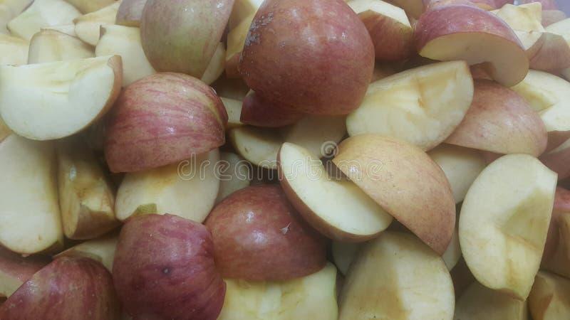 Закройте вверх кусков красных и зеленых яблок стоковая фотография