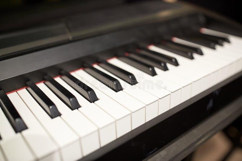 Закройте вверх клавиатуры рояля стоковые изображения rf